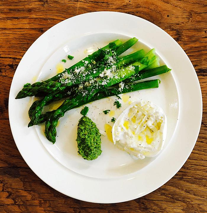 Assiette colorée: asperges, burrata & pesto
