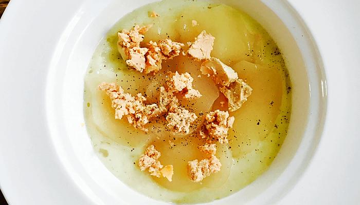 Carpaccio de Saint-Jacques sur un espuma de chou-rave