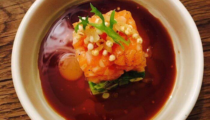 Tartare de saumon sous un lit d'avocat au parfum d'Asie