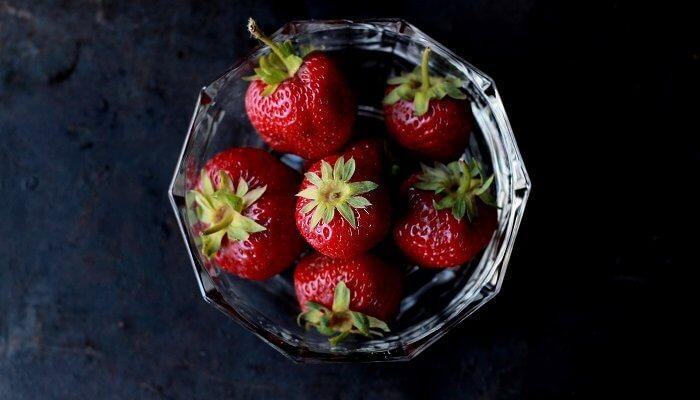 Panna cotta vanille sur une compotée de rhubarbe et fraises